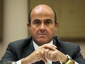 Ministro da Economia da Espanha, Luis de Guindos, é fotografado durante reunião no Parlamento, em Madri, nesta segunda-feira (23) (Foto: Reuters)
