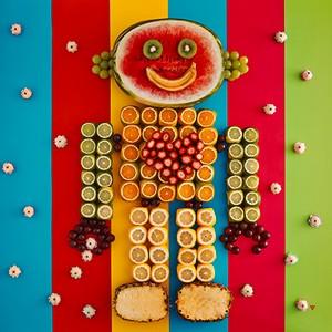 Fome de Beijinho: Feito de melancia, kiwi, banana, uva verde, uva rubi, laranja, limão siciliano, limão tahiti, abacaxi e morango, o robô dessa foto está tentando pegar os beijinhos que flutuam ao seu redor (Foto: Divulgação)
