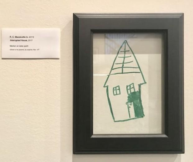 Kim enquadrou o desenho dos filhos na parede (Foto: Reprodução Twitter @DrMassicotte)
