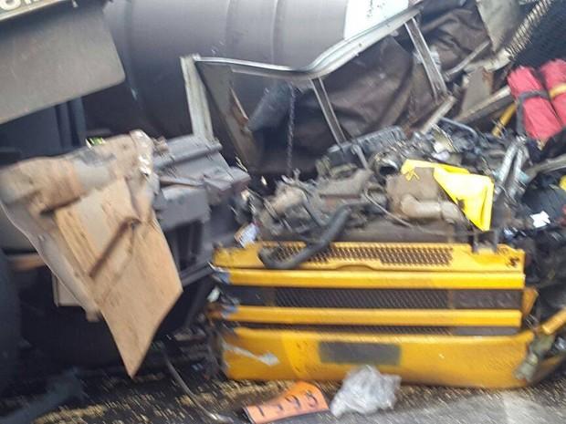 Uma das carretas ficou completamente destruída após acidente na Anchieta (Foto: Nina Barbosa/G1)