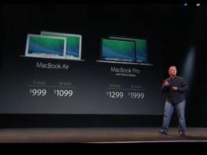 Phil Schiller, vice-presidente de marketing da Apple, apresenta os novos MacBook Pro e o MacBook Air. (Foto: Reprodução/Apple)