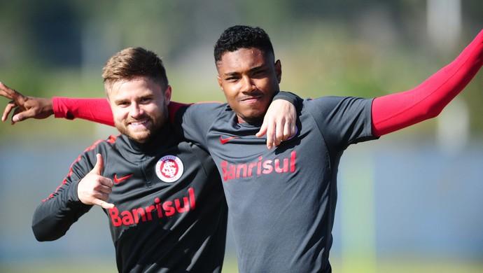 Sasha e Vitinho em treino do Inter  (Foto: Ricardo Duarte / Inter, DVG)