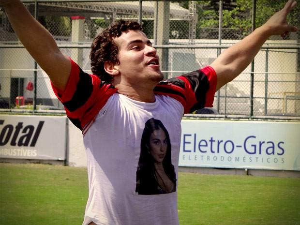 Leandro arrebenta em comemoração e mostra Suelen no peito (Foto: Avenida Brasil/TV Globo)
