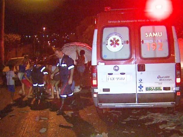 Motociclista atingida por fio é socorrido pelo Samu em Ribeirão Preto, SP (Foto: Fábio Júnior/EPTV)