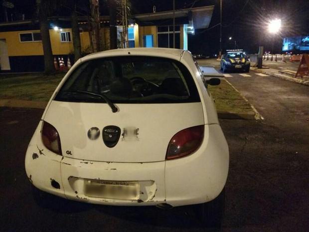 Segundo a PRF, a última infração havia sido cometida pouco antes de o veículo com placas de São Miguel do Iguaçu (PR) ser abordado (Foto: PRF/ Divulgação)