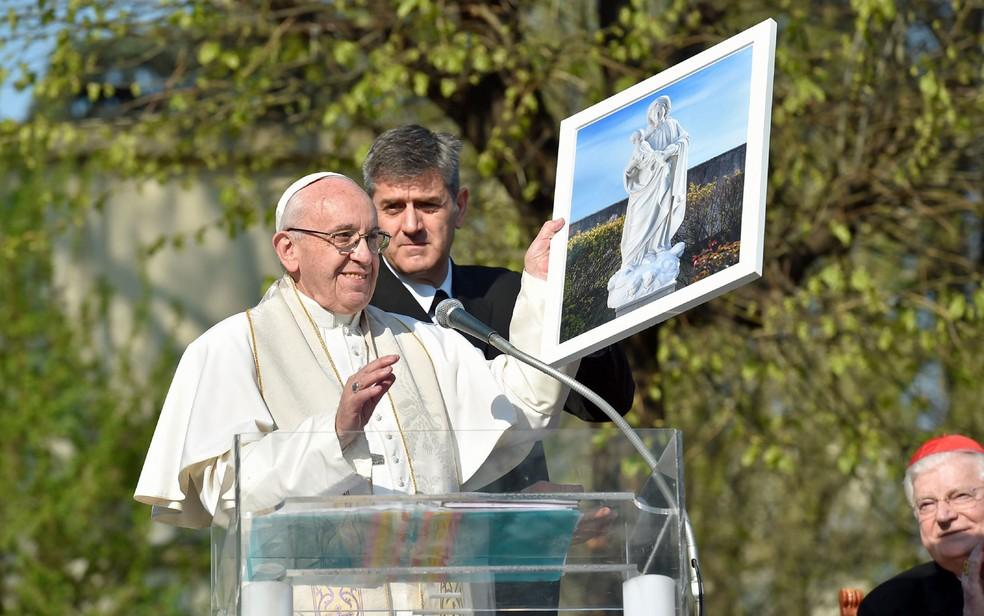 Papa fala com fiéis durante visita ao bairro de Case Bianche (Foto: HO / OSSERVATORE ROMANO / AFP)