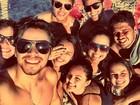 Rodrigo Simas curte dia de praia com amigos e mostra o clique