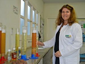 Responsável pela pesquisa, Nadma Farias defende que a produção do biodiesel representa solução para o descarte do óleo (Foto: Caio Fulgêncio/G1)