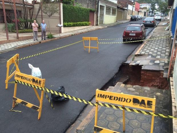 Local foi isolado pelo Departamento de Água e Esgoto  (Foto: Fernando Savioli/ TV TEM )