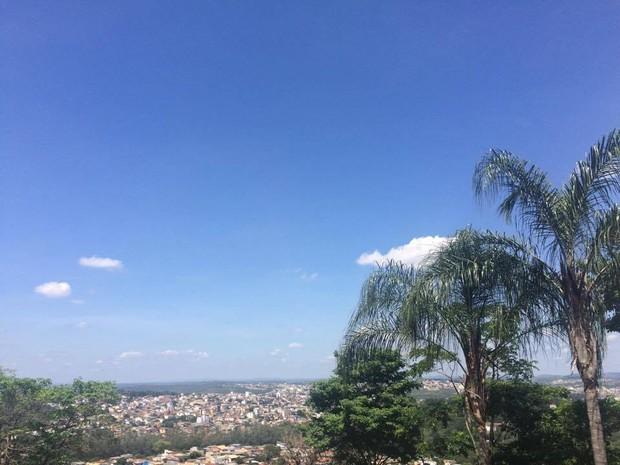 Céu claro em Divinópolis (Foto: Laiana Modesto/G1)