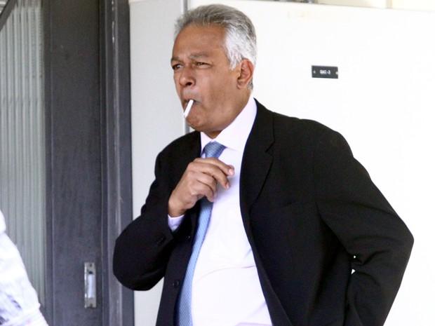 Vereador Edson Moreira fuma um cigarro durante o 2º dia de julgamento (Foto: Maurício Vieira / G1)