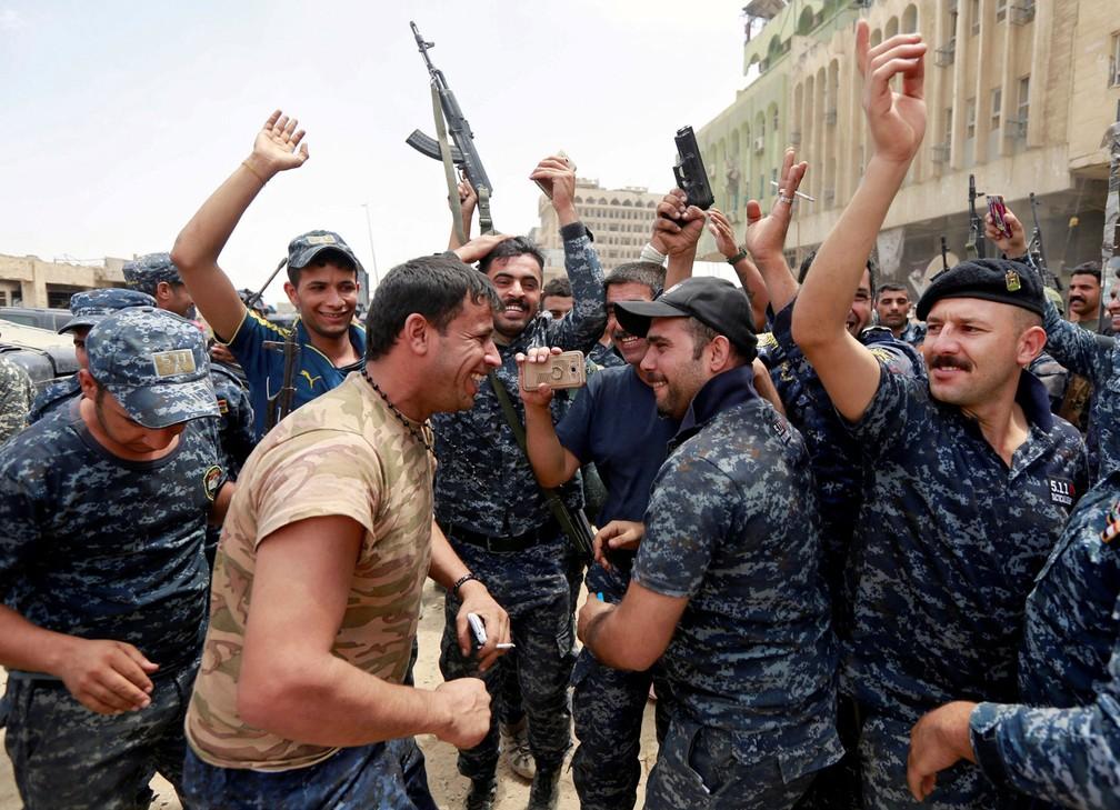 Polícia Federal do Iraque celebra retomada da cidade de Mossul neste sábado, antes do anúncio formal da vitória sobre o Estado Islâmico  (Foto: REUTERS/Ahmed Saad )