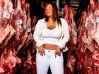 Mulher Filé posa em frigorífico e apresenta carnes novas no funk