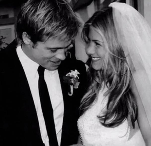O primeiro vestido, do casamento com Brad Pitt, bem básico (Foto: Reprodução)