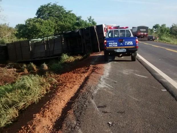 Parte do caminhão-cegonha ficou no acostamento (Foto: Adriana Santana/TV Anhanguera)