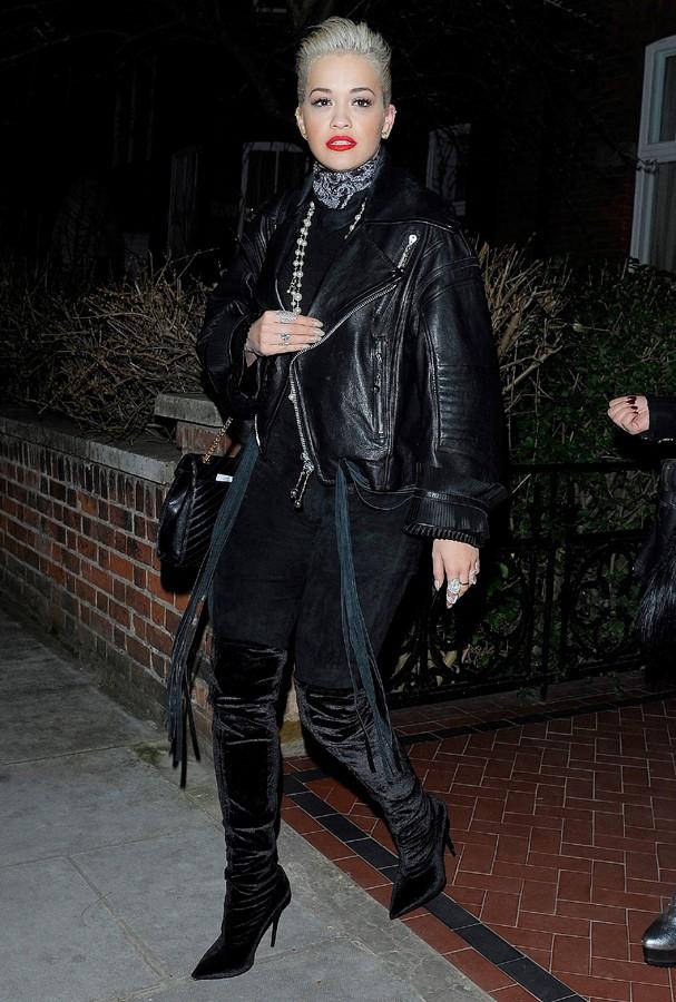 Estilo gótica suave by Rita Ora. O veludo over the knee + jeans deixou a cantora pronta pra balada (Foto: AKM)
