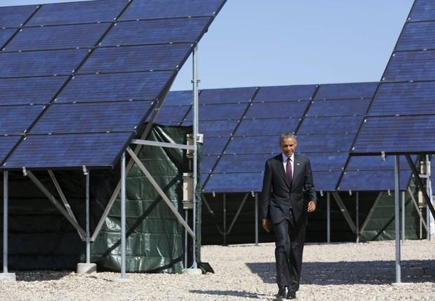 O então presidente norte-americano Barack Obama visita uma fazenda de energia solar em Utah em 2015 (Foto:  Jonathan Ernst/Reuters)