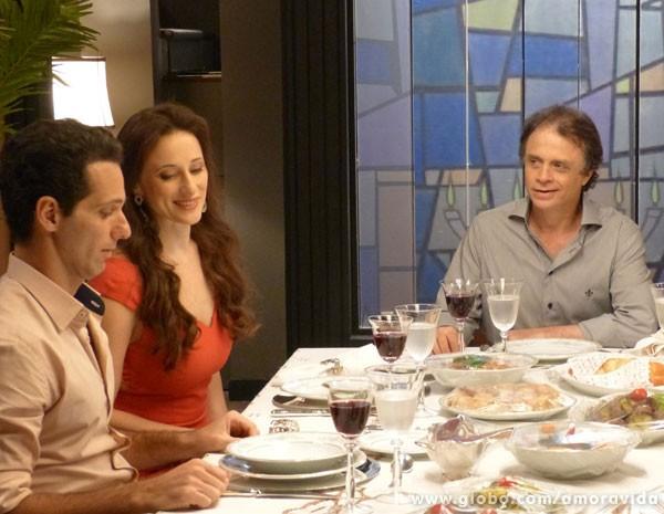 Rebeca tenta deixar o namorado à vontade (Foto: Amor à Vida / TV Globo)
