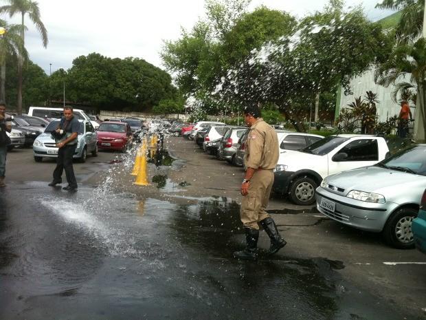 Teste realizado pelos bombeiros em mangueira na sede da Prefeitura de Manaus (Foto: Camila Henriques /G1 AM)