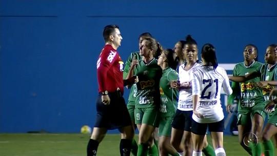 """Atacante diz que ficou de fora da seleção por cuspir em árbitro: """"Arrependida"""""""