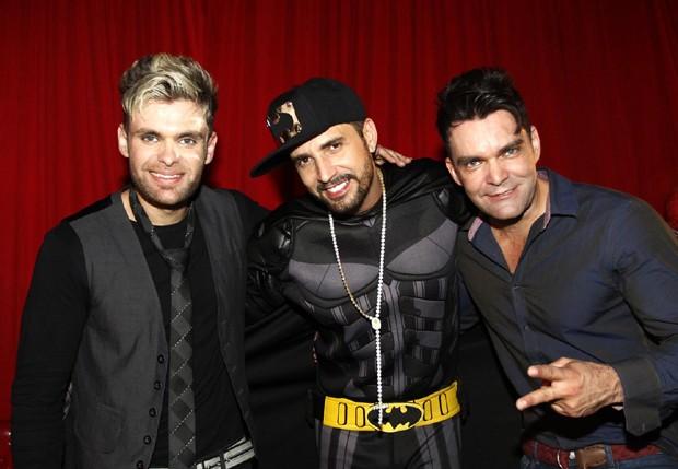 Latino com a duipla Mateus e Nathan (Foto: Paduardo/AgNews)