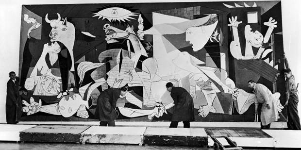 Homens trabalham na exposição de 'Guernica' em 1956 em Amsterdam  (Foto: Getty Images)
