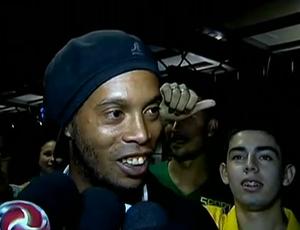 Ronaldinho na chegada do Atlético-MG à Argentina (Foto: Reprodução SporTV)
