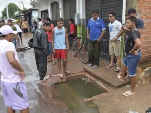 Local que segundo os moradores do Congós não escoa as águas das ressacas  (Foto: John Pacheco/G1)