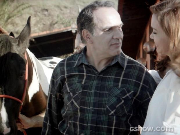 Helena dá cavalo de presente para Virgílio (Foto: Em Família / TV Globo)