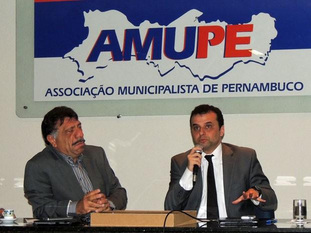 Presidente da Amupe, José Patriota, discute crise nos municípios com o secretário estadual da Fazenda, Márcio Stefanni (Foto: Marina Barbosa / G1)
