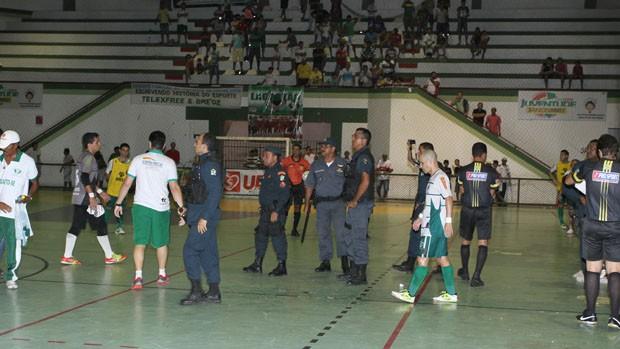 Polícia Militar teve que entrar em quadra (Foto: Reprodução/Achei Esportes)