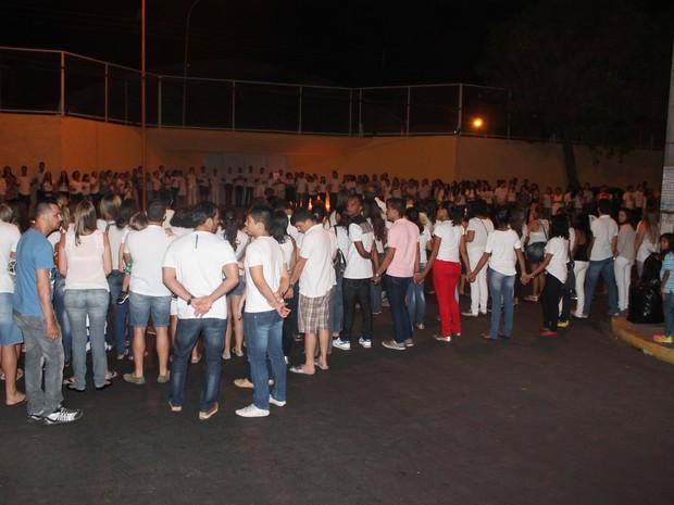 Dezenas de pessoas em oração por Beatriz em Petrolina, PE (Foto: Samuel Moreira/ TV Grande Rio)