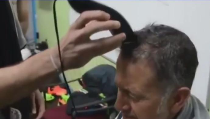 Juan Carlos Osorio tem o seu cabelo raspado por Chicharito Hernandez (Foto: Reprodução SporTV)