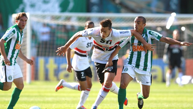 Rafael Toloi na partida do São Paulo contra o Coritiba (Foto: Geraldo Bubniak / Ag. Estado)