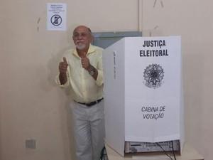 Simão Jatene vota em Belém (Foto: Gustavbo Pêna / G1)