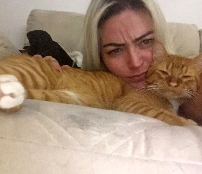 Laura Keller imita a cara do seu gato em foto (Foto: Arquivo Pessoal)