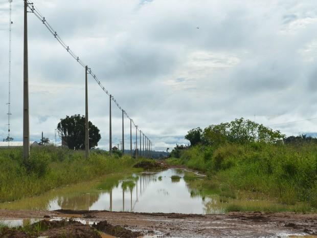 'Lagoa' impede a passagem de veículos pela linha C-65, que dá acesso a área rural de Ariquemes, RO (Foto: Eliete Marques/G1)