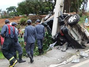 Bombeiros chegam ao local do acidente e avaliam situação da vítima (Foto: Darley Lopes/Kinoitada/Divulgação)
