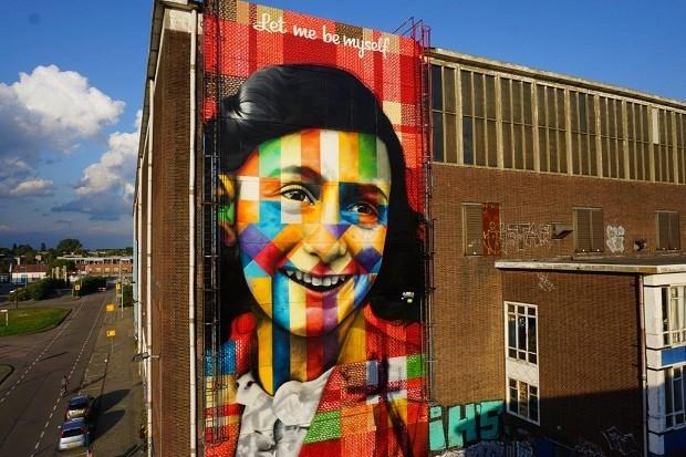 Eduardo Kobra, artista muralista de São Paulo, pintou um mural em homenagem a Anne Frank, em Amsterdã (Foto: Divulgação)