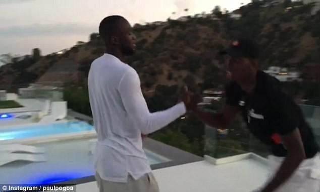 BLOG: Pogba dá as boas-vindas ao parceiro Lukaku com aperto de mão e dancinha