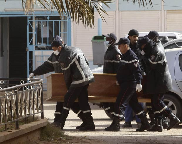 Caixão com corpo de um dos reféns mortos no sequestro é transportado nesta segunda-feira (21) na cidade argelina de In Amenas (Foto: Reuters)