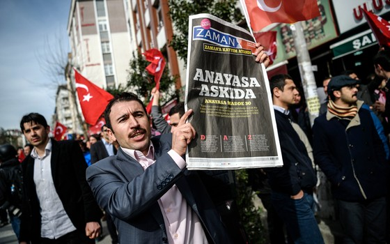 Manifestante protesta contra a tomada do jornal Zaman,em Istambul (Foto: OZAN KOSE/AFP)