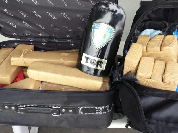 Droga estava em malas de passageiro (Foto: Polícia Rodoviária/Divulgação)