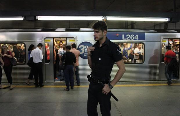 Guilherme Leão, durante expediente na estação da Sé, em São Paulo (Foto: Nathalia Tavolieri / Época)