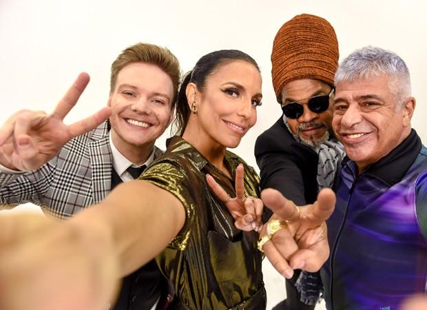 Ivete Sangalo faz selfie com Michel Teló, Carlinhos Brown e Lulu Santos (Foto: Divulgação/TV Globo)