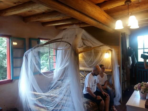 Cama do casal foi construída com galhos de árvores (Foto: Eveline Pôncio/RBS TV)