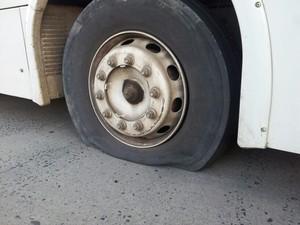 Manifestantes chegaram a esvaziar os pneus de alguns dos coletivos (Foto: Fernando José da Silva/RBS TV)