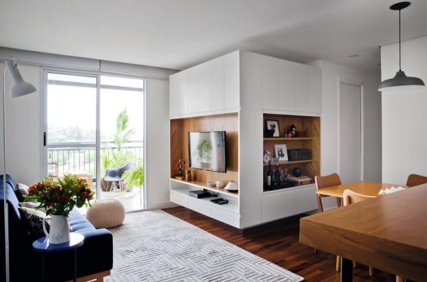 Móvel único que reorganiza o ambiente da sala de estar (Foto: Maíra Acayaba / Divulgação)
