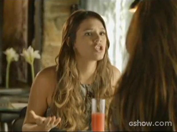 Luiza bate o pé e diz que não vai fugir de romance com Laerte (Foto: Em Família/ TV Globo)