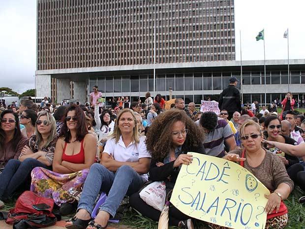 Funcionários público sentados no Eixo Monumental em frente ao Palácio do Buriti, sede do governo do Distrito Federal (Foto: Vianey Bentes/TV Globo)